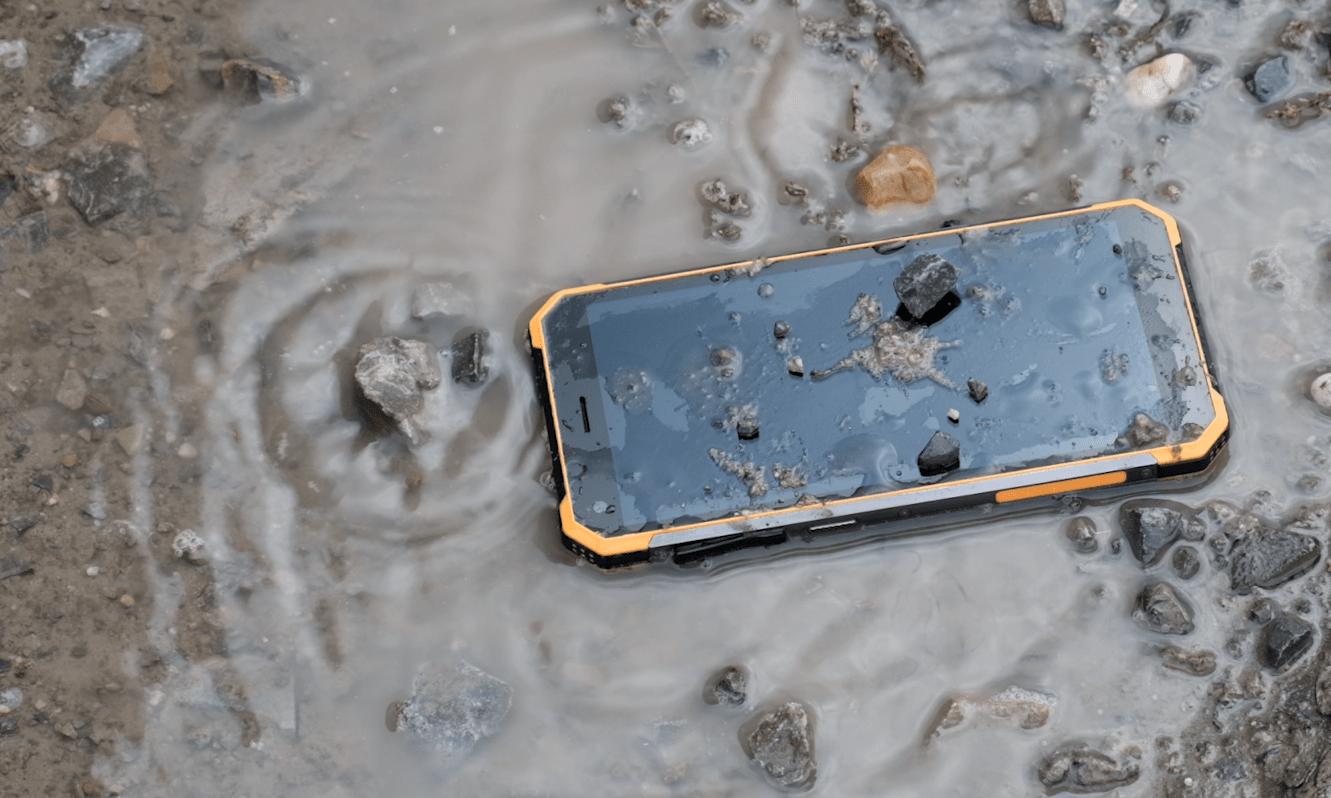 Das Taskphone T20 in einer Pfütze